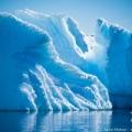 青い氷の回廊とアザラシのイビキ/南極クルーズ・クーバービル島にて