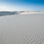 白砂の砂漠レンソイスに浮き上がる、風紋と砂丘
