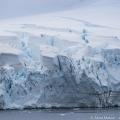南極・ニューマイヤー海峡の漆黒の海と静けさ