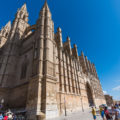 """""""地中海の真珠""""マヨルカ島:パルマ大聖堂の建築400年の世界観とは"""