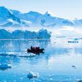 南極の氷海に浮かぶ氷の神秘